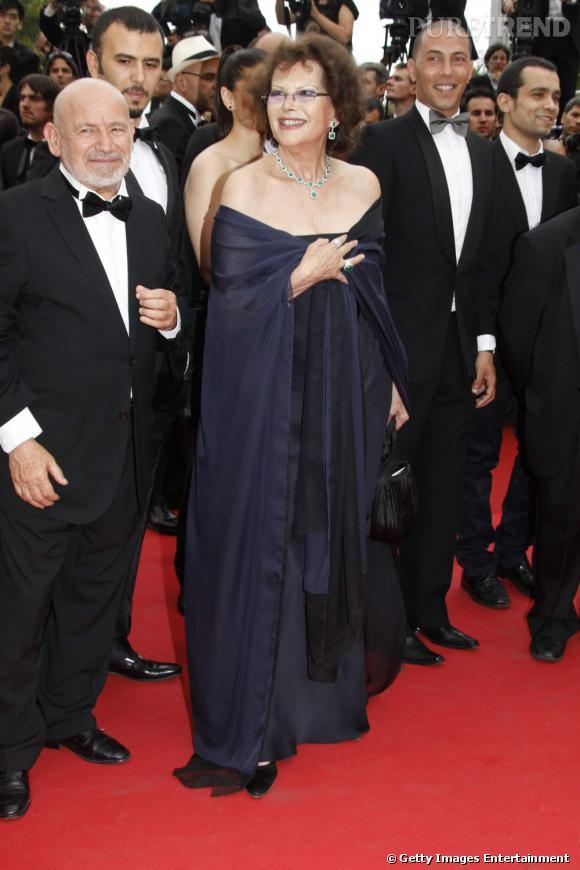 Cannes 2011 : Claudia Cardinale a fait le déplacement, chic en marine.