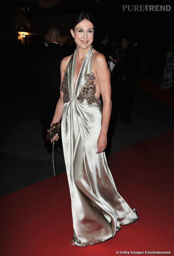 Cannes 2011 : Elsa Zylberstein tente une robe dos-nu en soie. Osé.