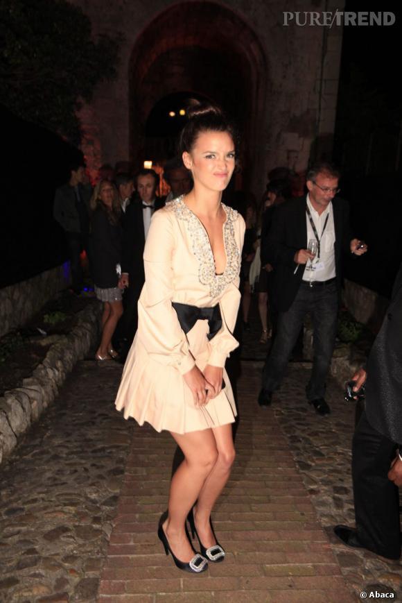 Charlotte Le Bon, taquine à la soirée Canal + à Cannes.