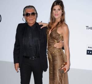 Elisabetta Canalis prend la pose avec le couturier.