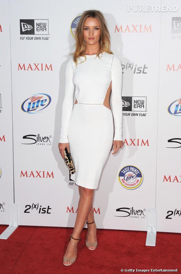 """Rosie Huntington, en Max Mara, adopte l'immaculé graphique. Ces découpes font de cette robe une tendance """"2 en 1""""."""