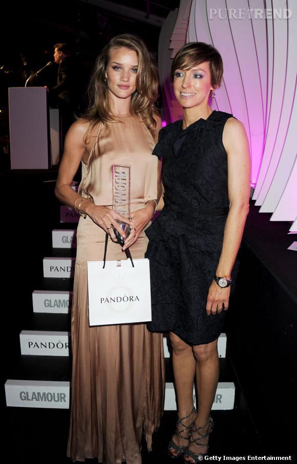 """Rosie Huntington-Whiteley ne manque pas de séduction dans une robe nude Stella McCartney. """"Prix spécial des rédacteurs"""", elle prend la pose avec Jo Elvin du magazine Glamour."""