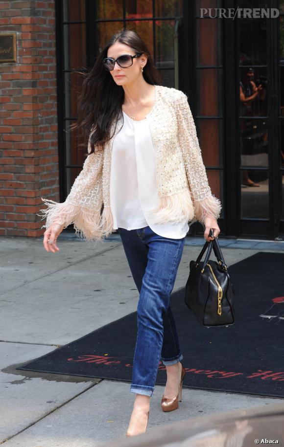 Demi glamourise son jean brut avec un top léger et une veste à strass. Elle gagne un peu plus en style grâce à ses accessoires bien choisis.
