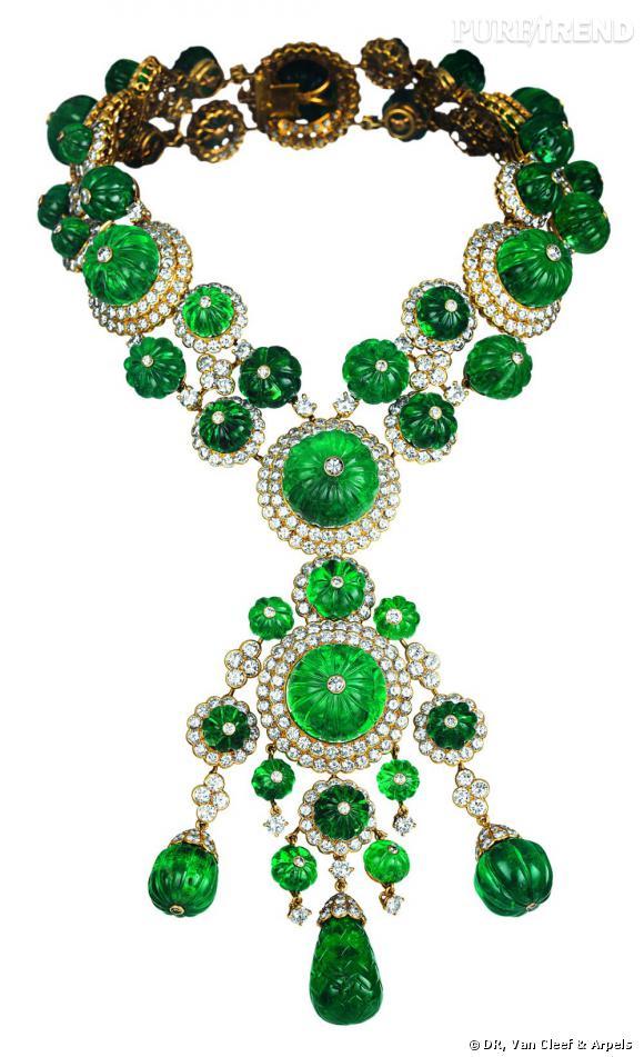 Collier et pendentif ayant appartenu à Begum Aga Khan, 1971       Or jaune, diamants et émeraudes.   Collection Van Cleef & Arpels.