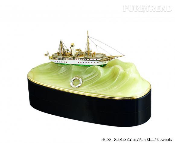 Bouton de sonette en forme du yacht Varuna, 1908       Or jaune, argent, ébène, émail, et jaspe.   Collection Van Cleef & Arpels