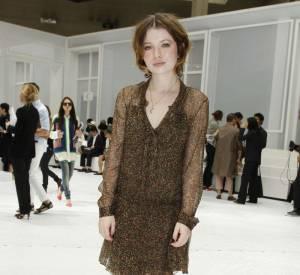 Emily porte une robe Christian Dior de la collection automne-hiver 2011/2012... un brin hivernale !