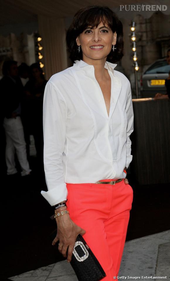 L'ex-mannequin mise sur un pantalon acidulé pour twister sa chemise en coton.