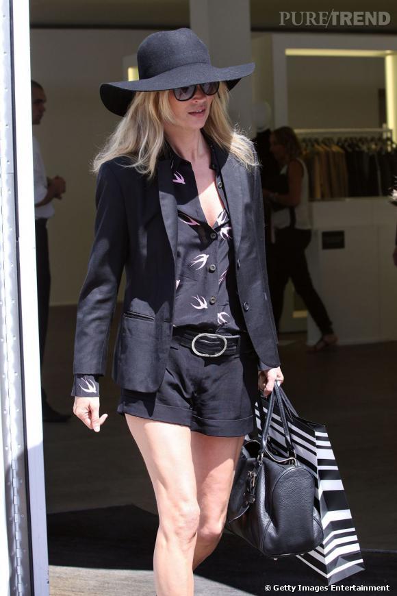 Elle adopte la capeline et laisse le panama de côté pour une sortie glamour.