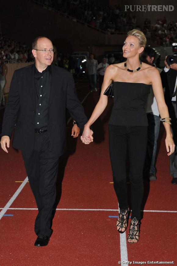 Charlene Wittstock flatte sa silhouette en total look noir.