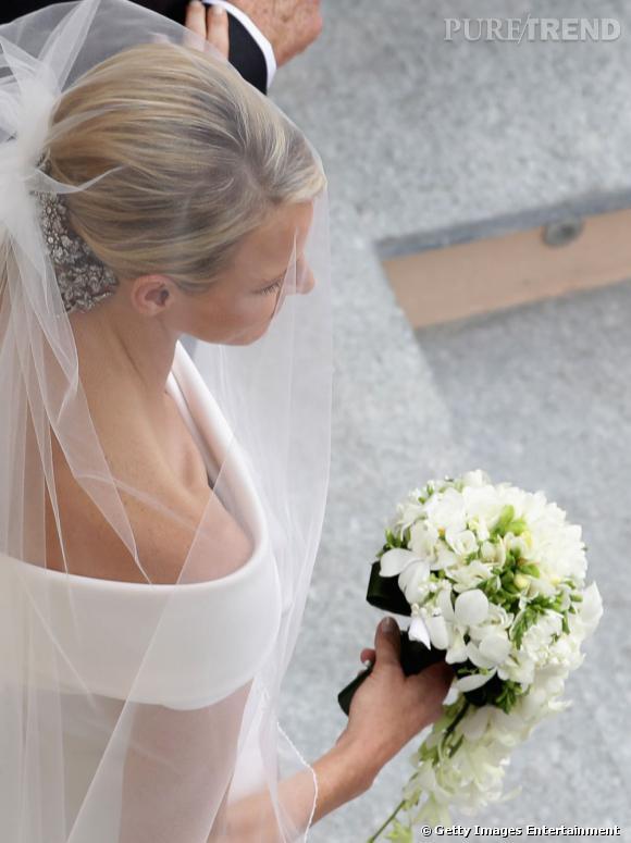 Charlene porte une robe de mariée Giorgio Armani qui a nécessité 2500 heures de travail.