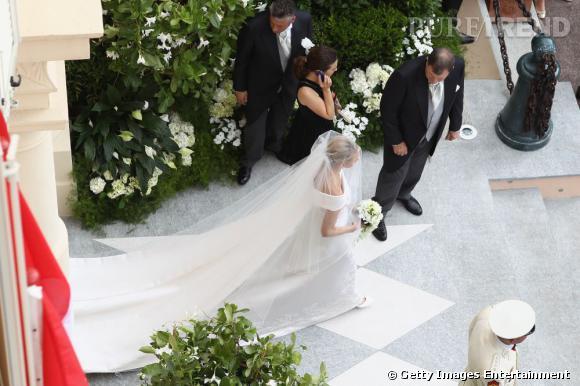La longue traine de la robe à elle toute seule a nécessité 700 heures de travail.