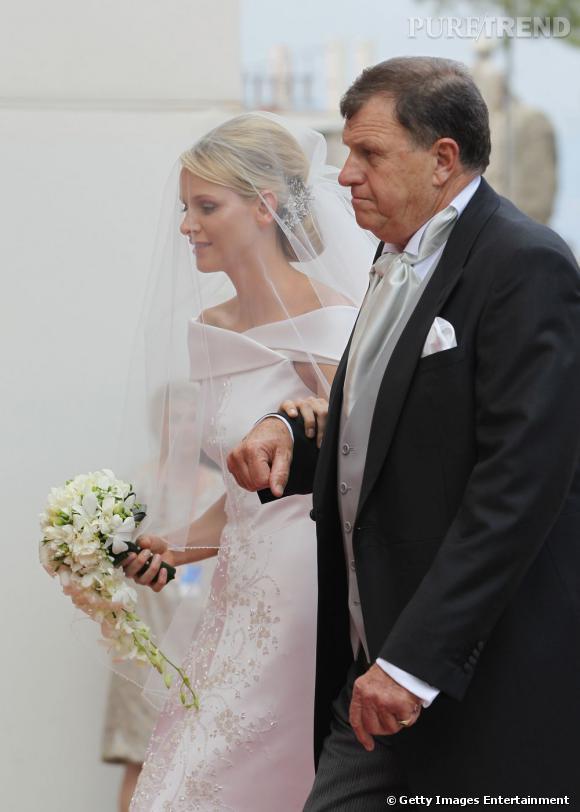 Charlene Wittstock arrive jusqu'à l'autel en robe de mariée.