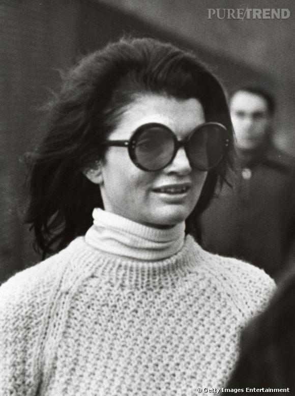 Jackie a fait des lunettes oversized tendance mouche un de ses  indispensables pour être vue, d441aaa233f1