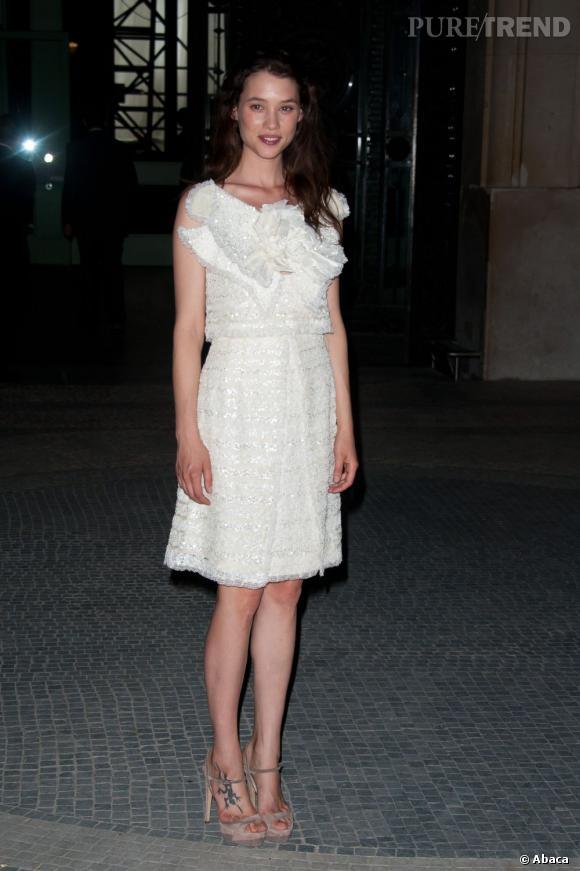 Astrid s'affiche en robe blanche tweed et sequins à la facture extrêment travaillée.