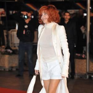 Pour les NRJ Music Awards, Mylène Farmer opte pour le smoking revisité avec un shorty et une veste à traine. Ben, elle est cool Mylène en blanc, non ?