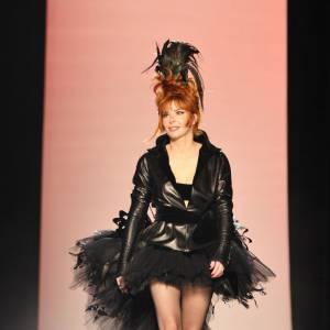Mylène Farmer joue les mariées pour le défilé Haute Couture automne/hiver 2011-2012 de Jean-Paul Gaultier.