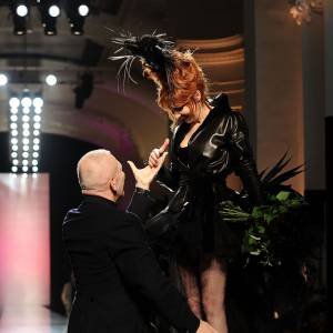 """Mylène Farmer met Jean-Paul Gaultier à ses pieds. Parce qu'il est un""""garçon"""" ! Sans contrefaçon."""