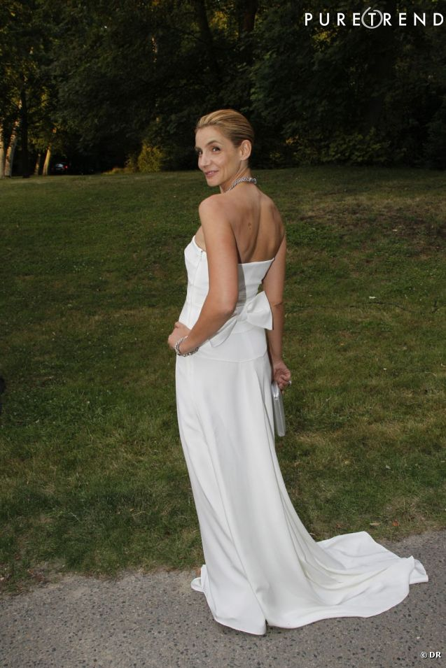 http://static1.puretrend.com/articles/3/54/57/3/@/566345-clotilde-courau-virginale-en-robe-637x0-3.jpg