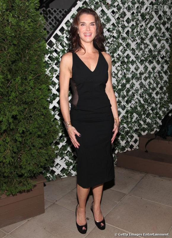 Brooke Shields joue la carte de la simplicité en robe noire, à Broadway.