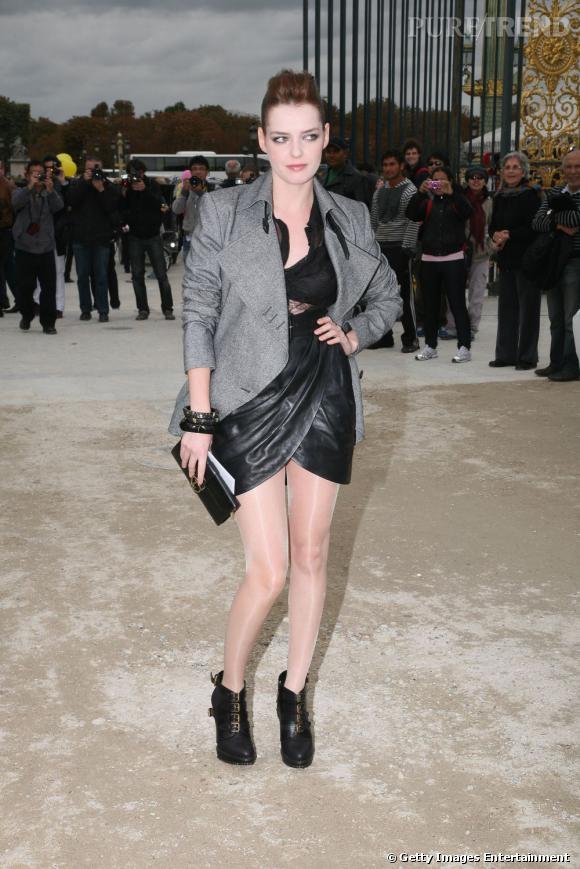 2fee3f3bce2 Roxane Mesquida au défilé Christian Dior est ultra rock en jupe de cuir et  haut transparent