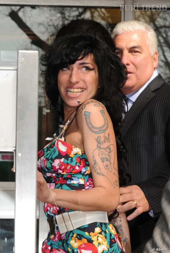 """Le tatouage :   un fer à cheval, en haut du bras gauche.    Ce qu'il représente :   le fer à cheval est un porte-bonheur, qu'Amy a accompagné de la phrase """" Fille à Papa """". Une vraie gamine !"""