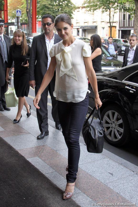 L'actrice joue les BCBG dans une petite blouse blanche.