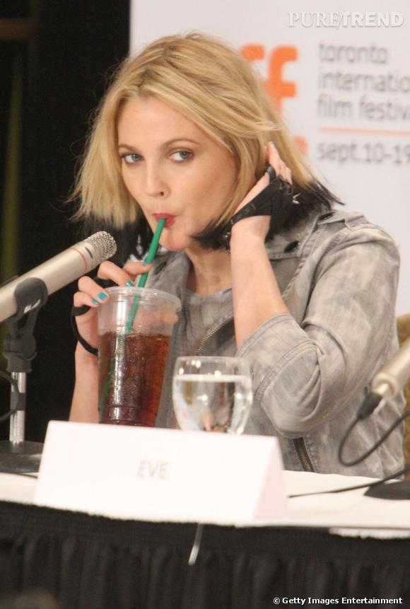 En pleine conférence de presse, Drew Barrymore fait une pause paille, chic et branchée à la fois puisqu'elle attire l'attention sur ses ongles laqués de bleu turquoise.