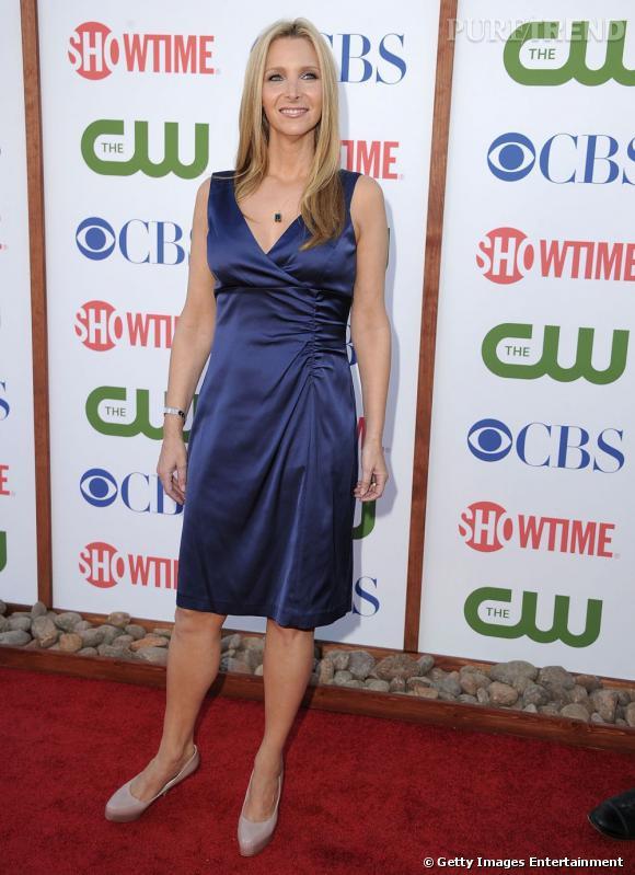Lisa Kudrow mise sur une robe bleu nuit pour la TCA PArty, à Beverly Hills.