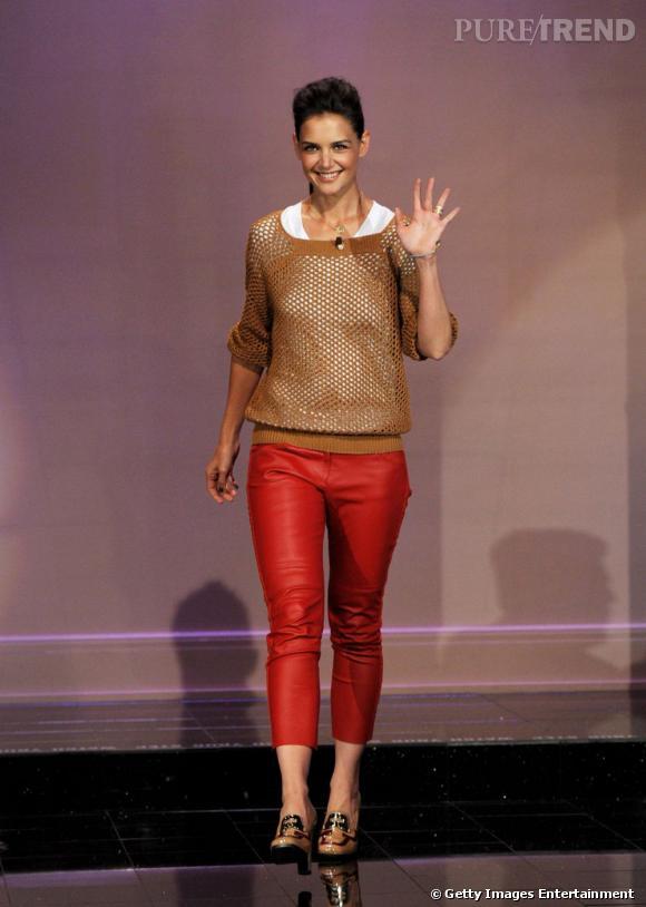 Pantalon Isabel Marant en cuir rouge, pull effet filet de pêche Madewell, Katie Holmes prend des risques et nous bluffe.