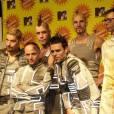 Groupe germanophone le plus populaire (17 millions d'albums vendus),  Rammstein , c'est la version sérieuse de Tokio Hotel. Sur scène, ces joyeux lurons s'amusent à coups de  lance-flammes  dans des tenues SM ô combien saillantes.