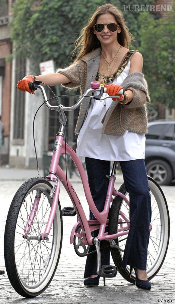 La trop petite    :    Sarah Michelle Gellar a choisi un vélo légèrement trop grand... C'est pourquoi elle décide de pédaler avec des talons. Quel courage !