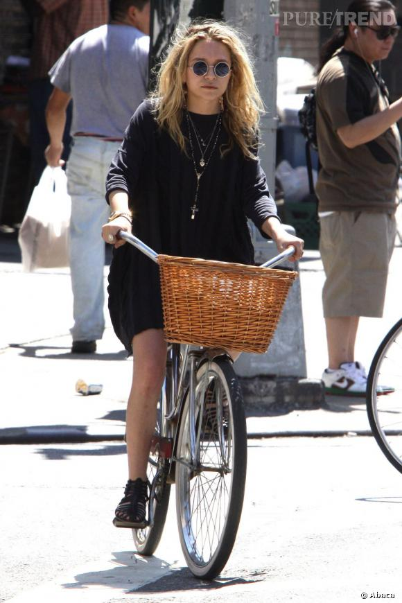 La Beatles    :    Mary-Kate Olsen, lunettes John Lennon à l'appui, joue sur la tendance rétro 60's pour une balade en vélo. Une robe pull et des spartiates peaufinent son look.
