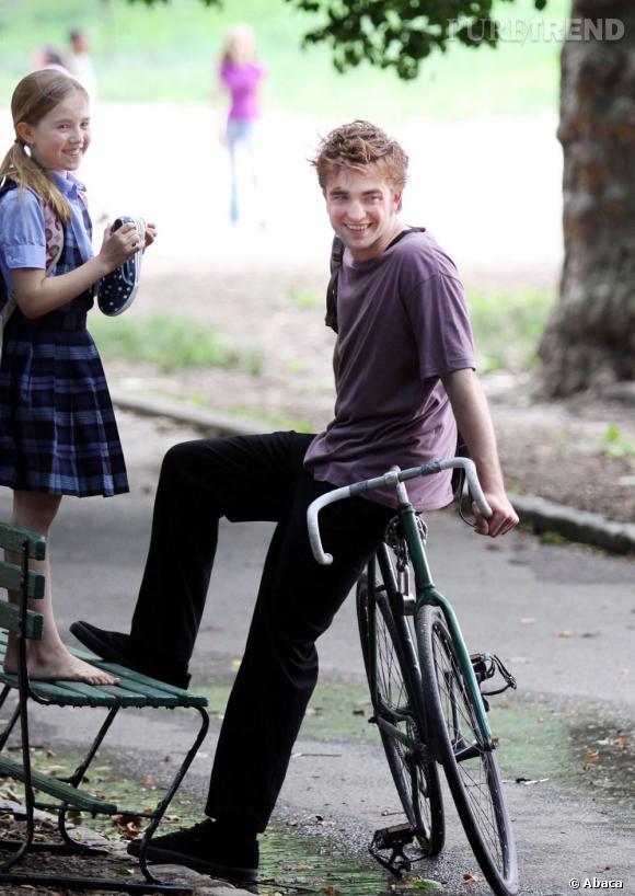 Le beau gosse    :  du vélo pour Robert Pattinson ? Oui, à condition de rester dans un parc afin de jouer les beaux gosses.
