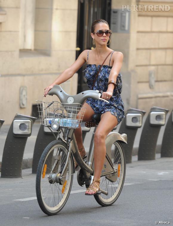La Parisienne : Avec Jessica Alba, les balades parisiennes se font en Vélib' s'il vous plaît. Élégante à souhait, elle porte une mini robe liberty, pièce estivale 100% made in France.