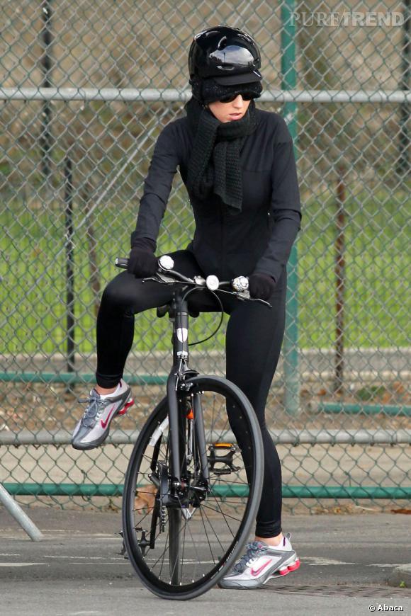 """La """"ni vue, ni connue""""    :  Contrairement à ses looks sur red carpet, Katy Perry est très sobre pour ses balades à vélo."""