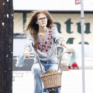 La Geek : Isabel Lucas, lunettes de geek, gros pull gris et jean large parvient à garder sa grâce. On adore.
