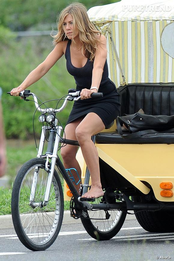 Le larbin    :  pour les besoins d'un film, Jennifer Aniston a proposé ses services pour une balade romantique à vélo. Petite robe noir simple mais sexy pour la belle, fidèle à elle-même.