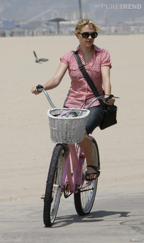 La coordonnée    :    Naomi Watts coordonne sa petite chemise à son vélo. Classe.