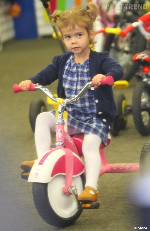 La Baby Star    :  fille de Jessica Alba, Honor est déjà une véritable star. Preuve en est, sur un vélo elle est aussi tendance que môman. Gilet marine, robe à carreaux et collants blancs.