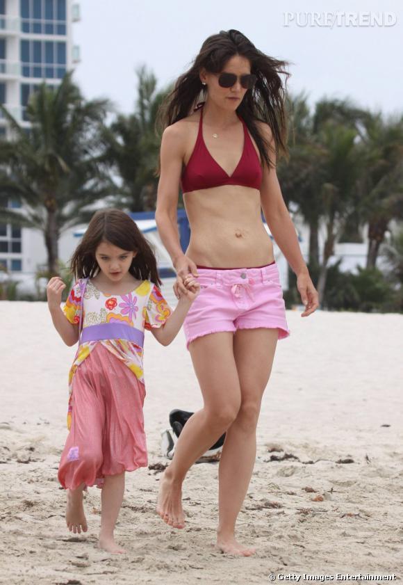 Sur la plage, Katie Holmes s'amourache du short rose Isabel Marant, très estival.