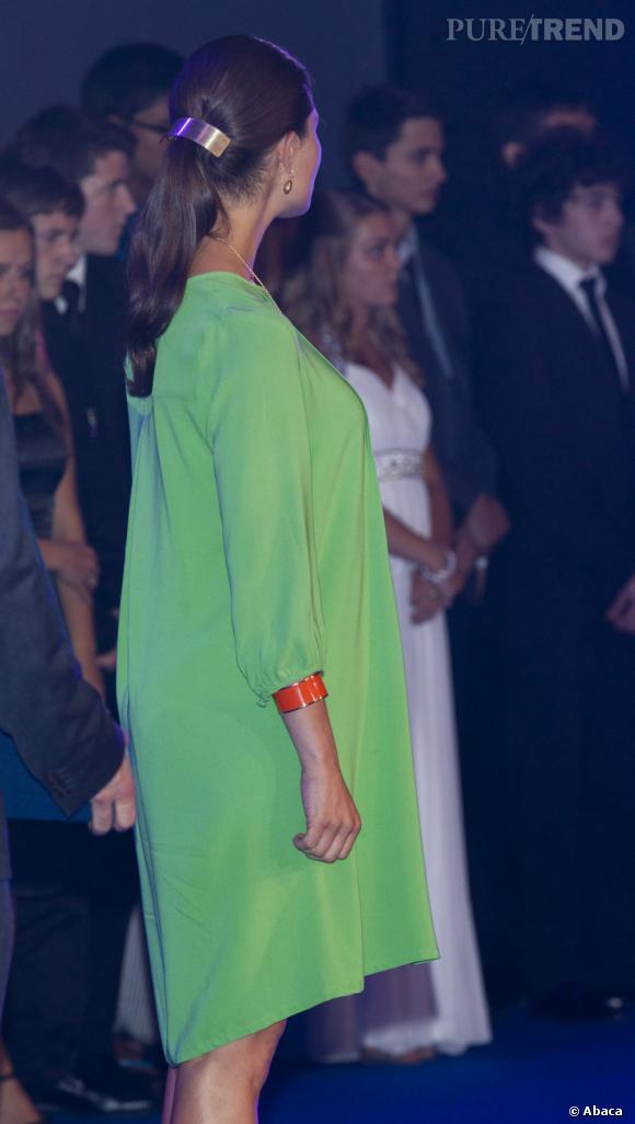 La robe est ample, pourcamoufler les premières rondeurs de la jeune femme.