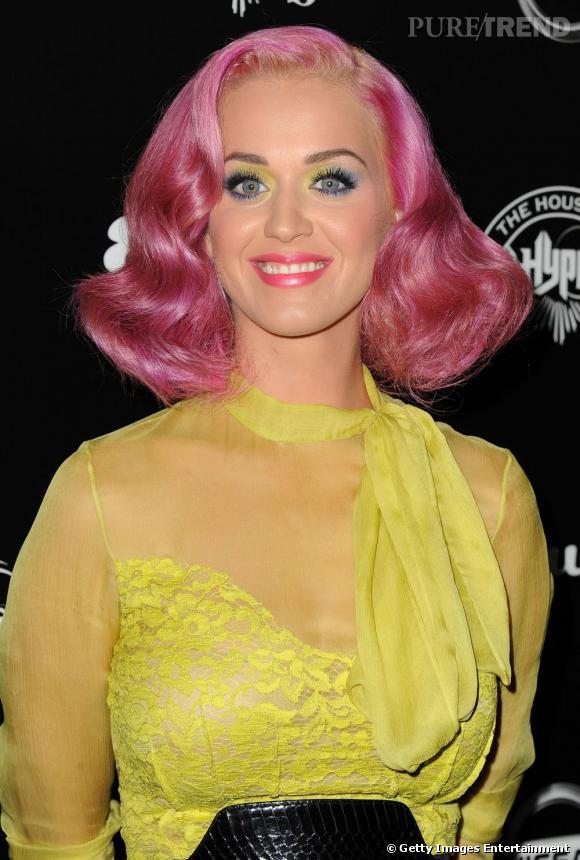 Les cheveux roses et le jaune canari du chemisier apportent un côté très cheap à la tenue.