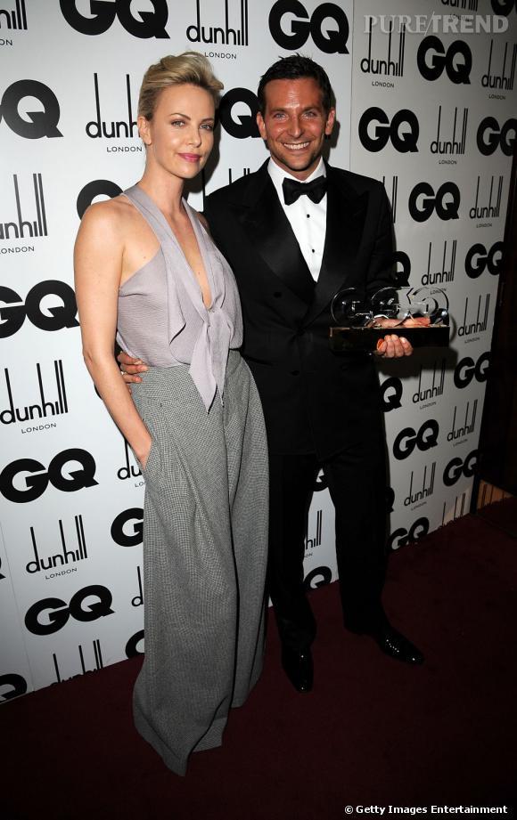 Charlize Theron pose au côté du beau Bradley Cooper (qui a tout de même remporté le prix de l'homme international de l'année).