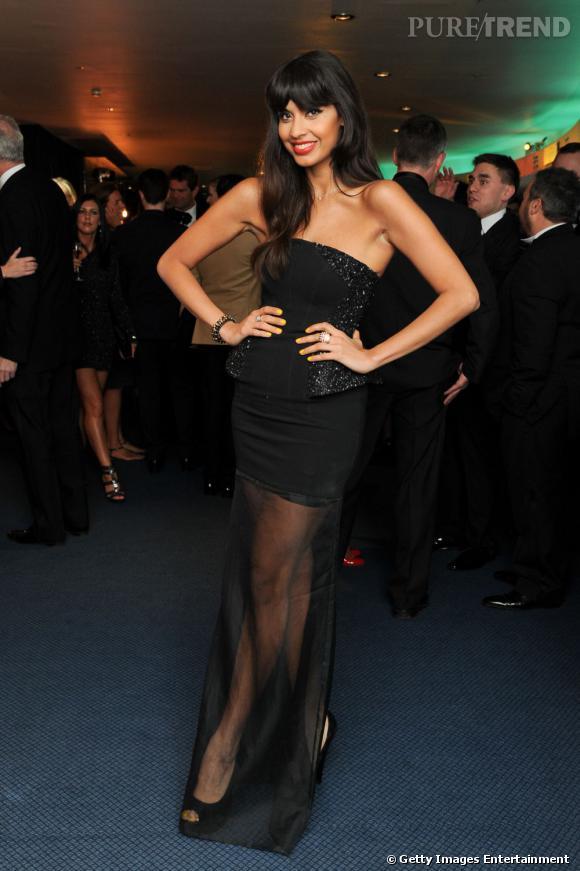 Jameela Jamil en robe mi-transparente fait sensation.