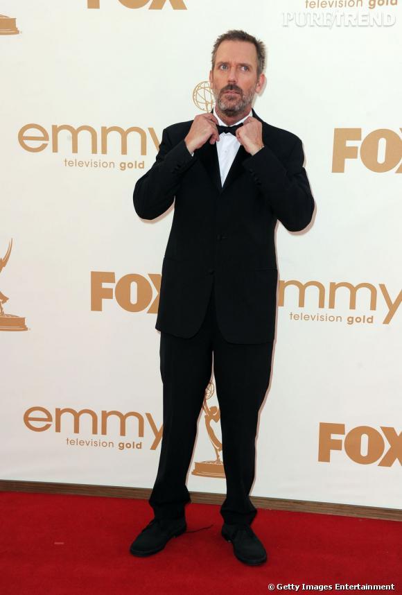 Hugh Laurie réajuste son noeud pap.
