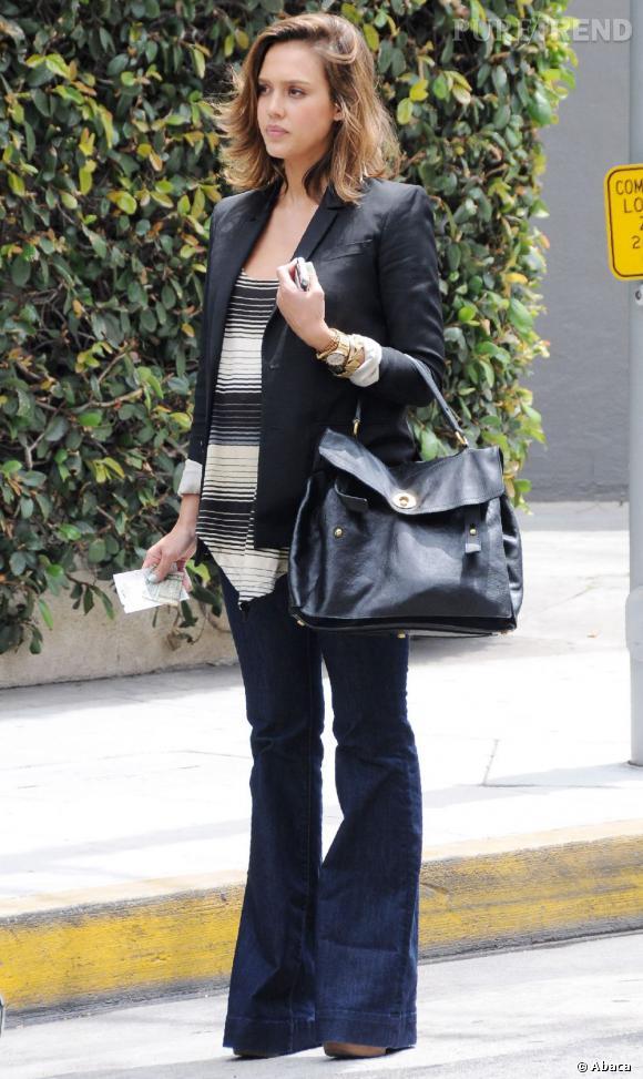 Jessica Alba n'est pas du genre à laisser un it-bag lui échapper. Elle craque ainsi pour le nouveau né de chez Yves Saint Laurent, le Muse II.