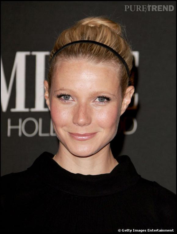 La bonne idée de  Gwyneth Paltrow  : customiser son chignon boule tendance avec un petit hairband noir.