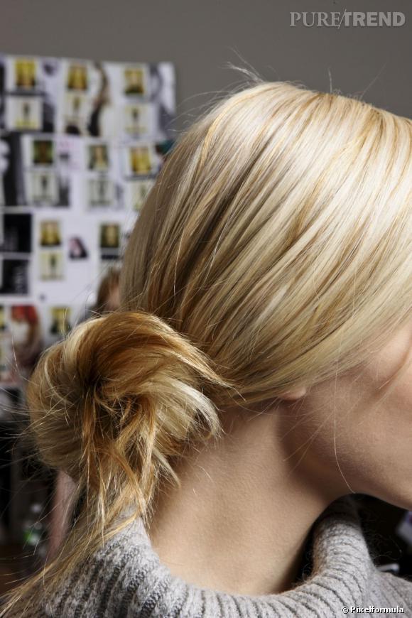 Pour une coiffure facile à faire comme à porter, on mise sur un chignon flou négligemment noué au bas de la nuque.