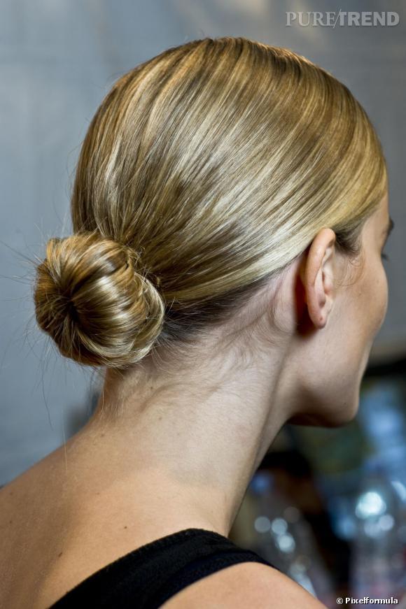 Le chignon se porte aussi bas et bien lisse pour une coiffure sophistiquée.