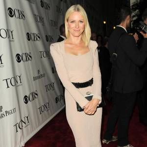 Le top red carpet : toute nude en robe RM by Roland Mouret, Naomi Watts est sculpturale.